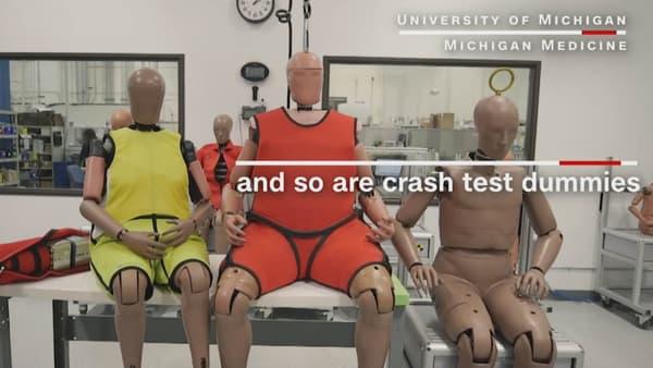 Le mannequin en rouge pèse 123kg, tandis que le mannequin en jaunemodélise une femme âgée et en surpoids. A droite, un mannequin de corpulence moyenne.