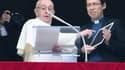 Le pape explique aux fidèles comment se connecter à clicktopray.org grâce à une tablette.