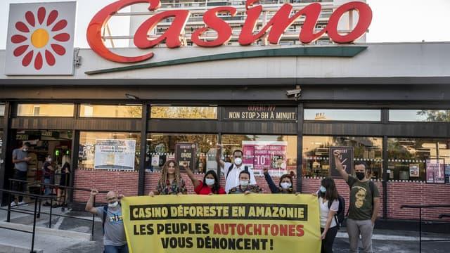 Une dizaine de militants autochtones d'Amazonie se sont rassemblés devant un supermarché marseillais du groupe Casino mardi 7 septembre 2021 pour dénoncer la déforestation en Amazonie.