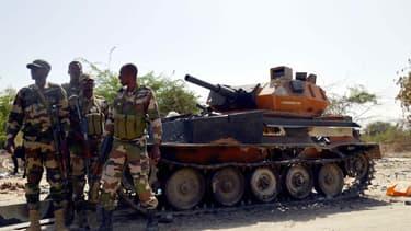 Des soldats de l'armée d'une Niger posent après la capture d'un tank appartenant à Boko Haram, le 25 mai 2015.