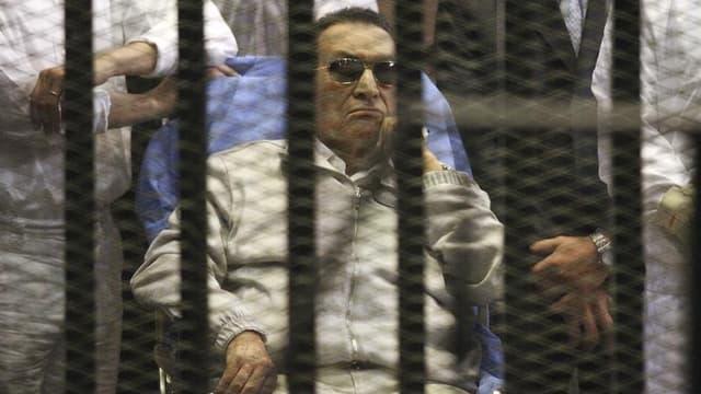 La justice égyptienne a ordonné mercredi la remise en liberté de l'ancien président Hosni Moubarak, ici au tribunal du Caire en avril dernier.