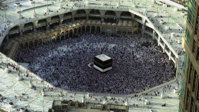 Des milliers de pèlerins se rassemblent à la Grande mosquée de la Mecque pour faire le tour de la Kaaba, le sanctuaire le plus saint de l'islam, à l'occasion du hajj, le grand pèlerinage annuel des musulmans.