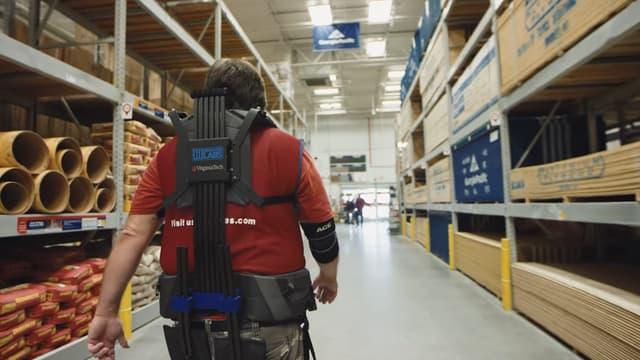 Les salariés de ce magasin de bricolage sont équipés d'exosquelettes censés rendre moins pénibles le port et le transport de charges lourdes.