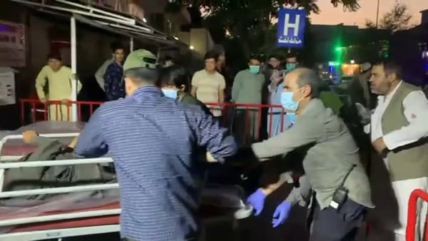 Eles ficaram feridos em uma explosão perto do aeroporto de Cabul, logo após chegarem ao hospital.
