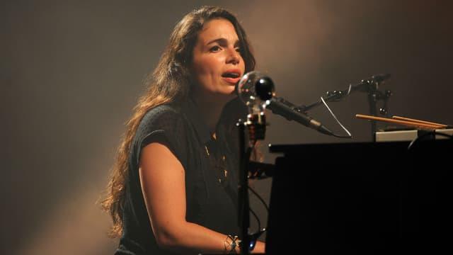 Yael Naïm en concert aux Francofolies de La Rochelle en 2015.