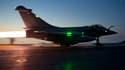 Un Rafale de l'armée française prend son envol à bord du porte-avions Charles-de-Gaulle. La zone d'exclusion aérienne à présente établie sur la Libye, les forces de la coalition se concentrent sur les autres menaces que Mouammar Kadhafi fait peser sur sa