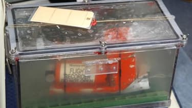 La boîte noire appelée CVR (Cockpit Voice Recorder), qui enregistre les conversations des pilotes. Selon le Wall Street Journal qui cite des sources proches du dossier, les premiers résultats de l'examen des boîtes noires de l'A330 montrent que l'accident