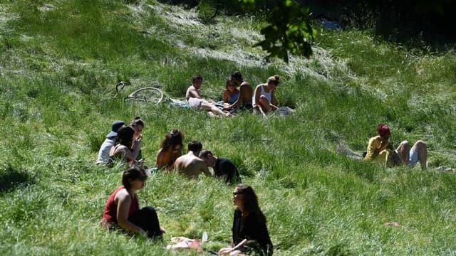 Les Français ont retrouvé les joies des parcs ensoleillés, le 30 mai dernier aux Buttes-Chaumont à Paris.
