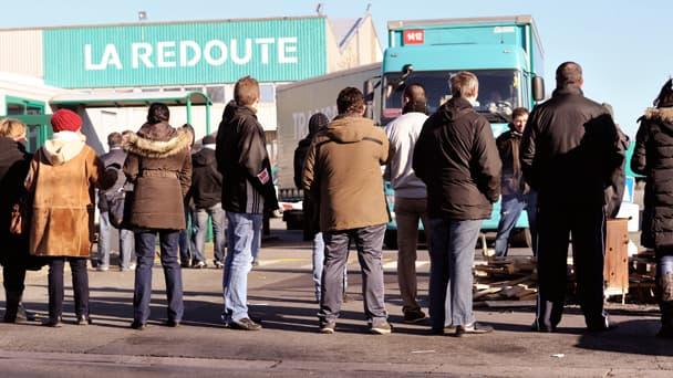 Des salariés de La Redoute bloquant les accès au site de Wattrelos, en février dernier.