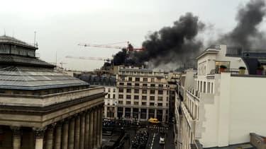Image d'un témoin BFMTV de l'incendie de la rue du 4-Septembre, à Paris.