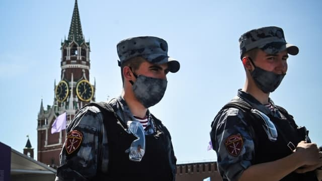 Deux membres de la Garde nationale russe sur la place Rouge à Moscou le 18 juin 2021, alors que la capitale russe a enregistré plus de 9.000 nouveaux cas de Covid en 24 heures