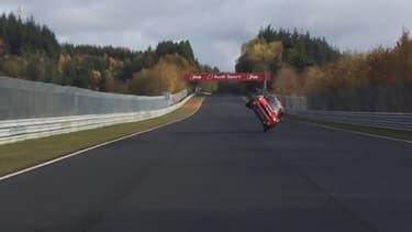 Le pilote a mis environ 45 minutes pour boucler son tour sur deux roues