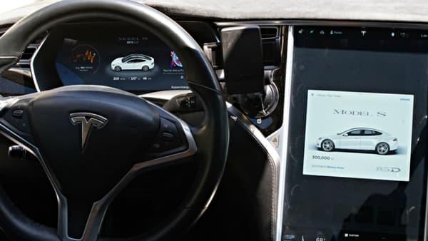 L'écran centrale de la Tesla Model S de la société Tesloop, affichant 300.000 miles au compteur.