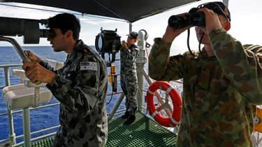 Des militaires recherchent des débris de l'épave du MH370, mystérieusement disparu il y a un an.