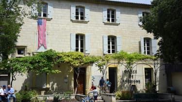 Le drapeau des Etats-Unis déployé sur l'office de tourisme de Villeneuve-lès-Avignon, le 15 juin 2019.