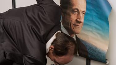 Un partisan de l'UMP tient une affiche de campagne de l'ex candidat Nicolas Sarkozy, ce 30 août 2014 au Touquet, lors du campus des Jeunes UMP.