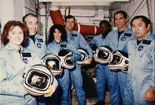 De g à d: Sharon Christa McAuliffe, Gregory Jarvis, Judith A. Resnik, Francis R. Scobee, Ronald E. McNair, Mike J. Smith, Ellison S. Onizuka, membres de la mission Challenger posent au Centre spatial Kennedy en Floride, le 9 janvier 1986