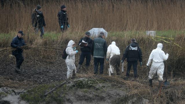 Des policiers effectuent des recherches à côté de la rivière Aulne, à proximité du domicile d'Hubert Caouissin, à Pont-de-Buis-lès-Quimerch