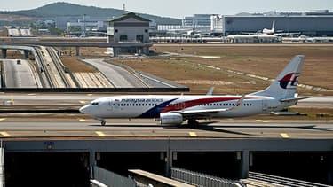 Deux avions de Malaysia Airlines stationnent sur le tarmac de l'aéroport de Kuala Lumpur, en Malaisie.