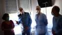 Jean Castex devant des soignants lors d'un déplacement au Centre hospitalier Sud Essonne à Etampes