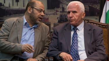 Le n°2 du Hamas, Musa Abu Marzouk, parle avec le chef de la délégation de l'OLP, Azzam al-Ahmad, lors d'un meeting à Gaza, le 22 avril.