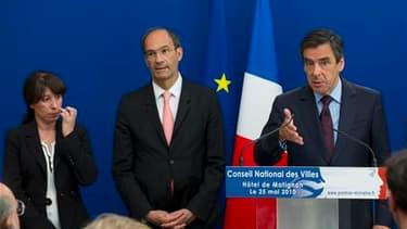 François Fillon (à droite) en compagnie du ministre du Travail Eric Woerth et de la secrétaire d'Etat à à la politique de la Ville Fadela Amara mardi à Matignon. En installant le nouveau Conseil national des villes (CNV), un organe de propositions, le Pre