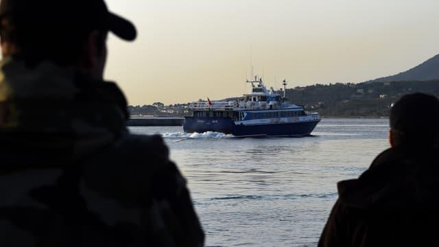 Un petit ferry turc transporte les migrants qui sont expulsés vers la Turquie depuis le port grec de Mytilène, le 4 avril 2016