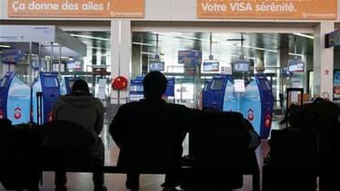 A l'aéroport de Strasbourg. Les trois aéroports parisiens et ceux du nord de la France resteront fermés jusqu'à lundi 8h00 en raison du nuage de cendres volcaniques venu d'Islande. Les aéroports de Grenoble et Bordeaux sont également fermés depuis 16h00 s