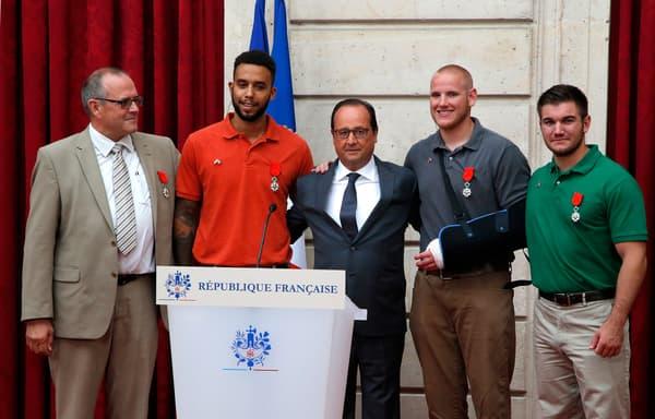 François Hollande avec Chris Norman, Anthony Sadler, Spencer Stone et Alek Skarlatos au palais de l'Elysée le 24 août 2015 à Paris.