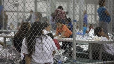 Les enfants séparés de leurs parents sont parqués dans des centres de détention. - AFP