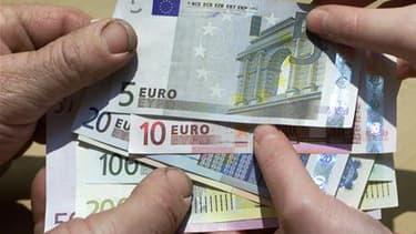 Le moral des consommateurs français s'est dégradé en mai pour le quatrième mois consécutif, selon l'enquête mensuelle de conjoncture auprès des ménages publiée par l'Insee. L'indicateur résumé de l'opinion des ménages sur la situation économique a reculé