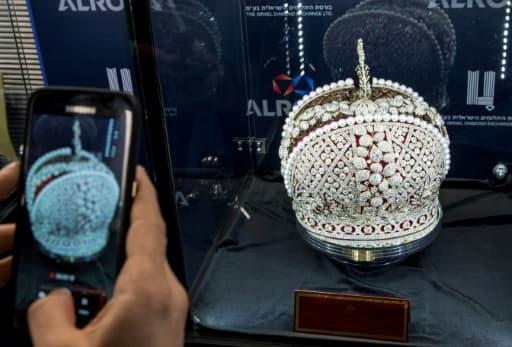 Une réplique de la couronne impériale russe de Catherine II sertie de 11.352 diamants de toutes tailles trône en vedette à la bourse israélienne du diamant de Ramat Gan dans la banlieue de Tel Aviv, le 14 février 2017