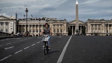 Lors de la journée sans voiture à Paris l'an dernier, une cycliste dans les rues de Paris.