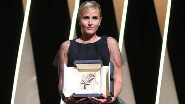 """La réalisatrice Julia Ducournau récompensée par la Palme d'or pour son film """"Titane"""", le 17 juillet 2021 au Festival de Cannes"""