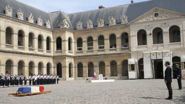 Emmanuel Macron dans la Cour des Invalides lors de l'hommage national rendu à Simone Veil le 05 juillet 2017