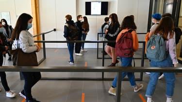 Des élèves portent un masque au lycée Brequigny à Rennes, le 1er septembre 2020 (photo d'illustration)