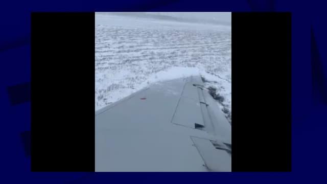 L'aile de l'avion après la sortie de piste