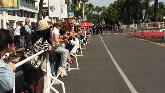 Les habitants de la région attendant la montée des marches