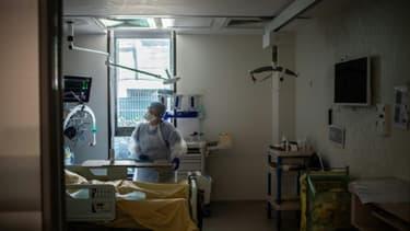 Un médecin s'occupe d'un patient atteint du coronavirus, le 28 mai 2020 à l'hôpital Saint-Louis, à Paris