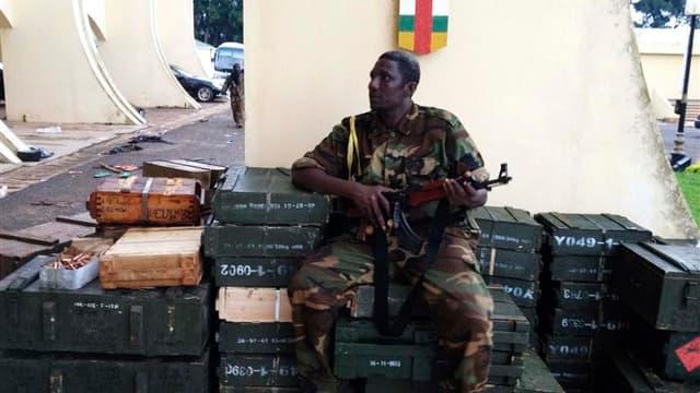Combattant rebelle du Séléka dans la cour du palais présidentiel à Bangui. Les rebelles centrafricains qui ont renversé ce week-end le président François Bozizé se sont engagés à nommer un gouvernement de partage du pouvoir pour tenter de désamorcer les c