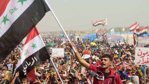 Des manifestants contre le gouvernement irakien, réclamant la démission du Premier ministre, le 15 mars, à Ramadi, en Irak.