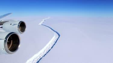 Vue aérienne de l'immense faille dans l'Antarctique le 1er juin 2017, avant la formation de l'iceberg A68.