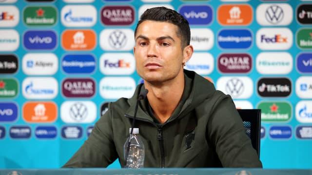 Cristiano Ronaldo, lors d'une conférence de presse, écarte une bouteille de Coca-Cola