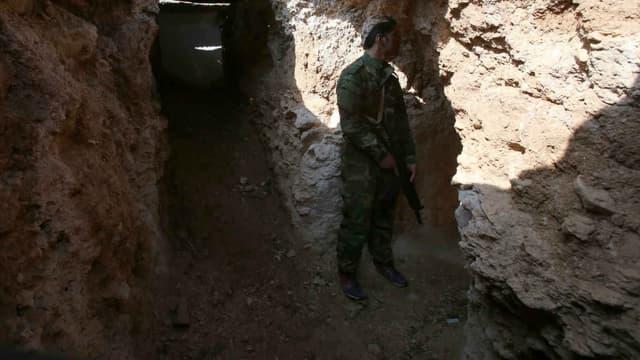 Un membre des forces syriennes contrôle une tranchée à Daraya. (Photo d'illustration)