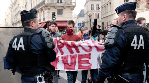 Clément, en rouge sur la photo, lors d'une manifestation contre l'homophobie le 17 avril. L'autopsie révèle qu'il est décédé des suites de plusieurs coups reçus.