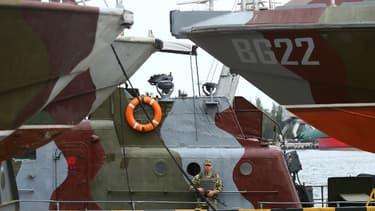 Un soldat dans le port de Marioupol, sur la mer d'Azov, le 14 août 2018.