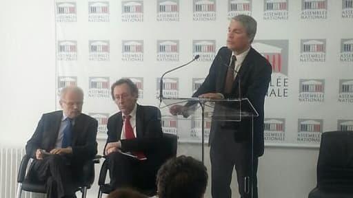 Les députés Christian Kert (UMP), Jean-Patrick Gille (PS) et Patrick Bloche (PS) lors de la remise du rapport