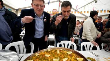Pedro Sanchez, chef du gouvernement espagnol, dégustant une paella.
