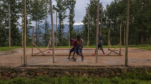 Des enfants jouent au football à Butembo, en République démocratique du Congo