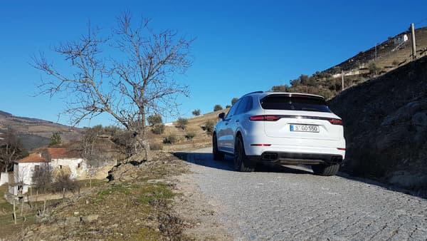 A l'arrière, on retrouve la bande lumineuse continue comme sur la dernière Panamera. Porsche a réussi le coup de maitre d'inscrire sa grande berline, ou son grand SUV, dans l'ADN de la 911: ce design s'inspire en effet de celui du coupé dernière génération.